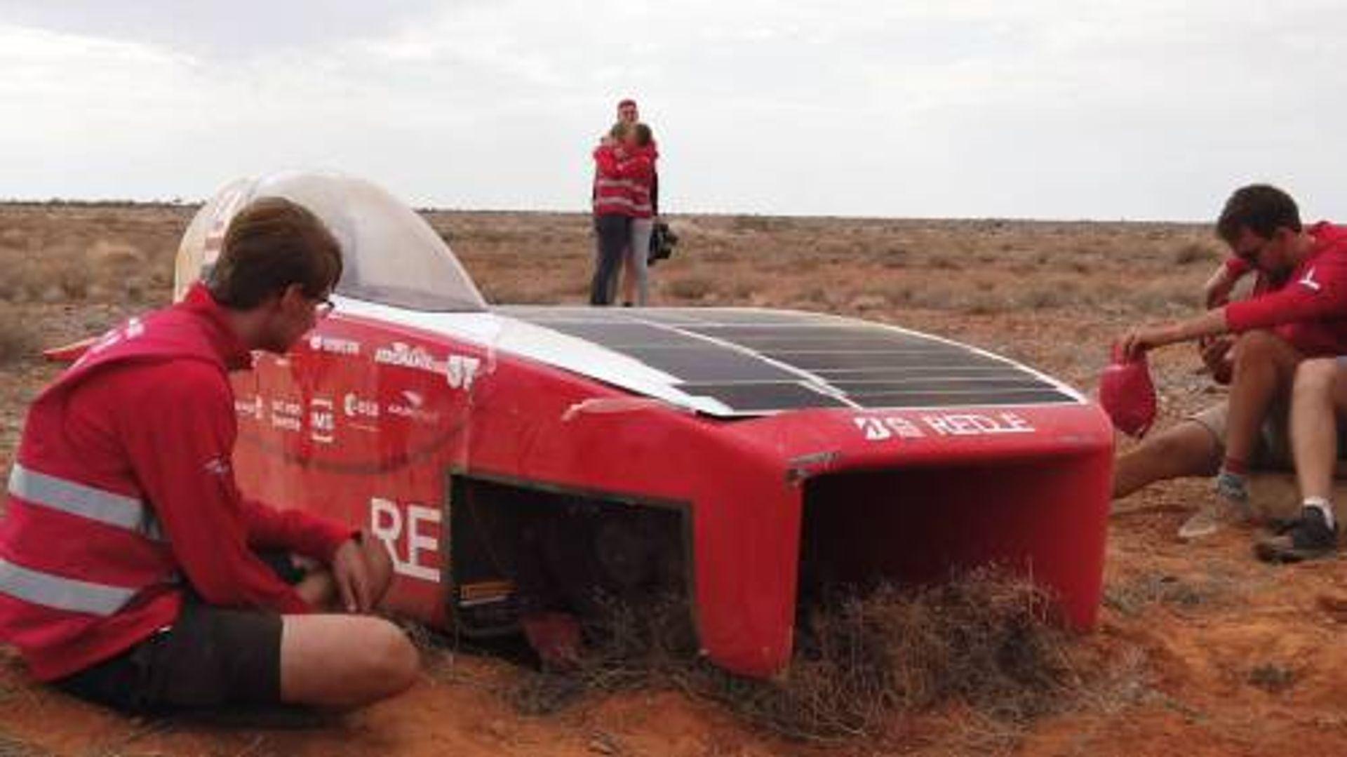 Brand in de zonneauto tijdens Solar Challenge: teamlid Amy Klein...