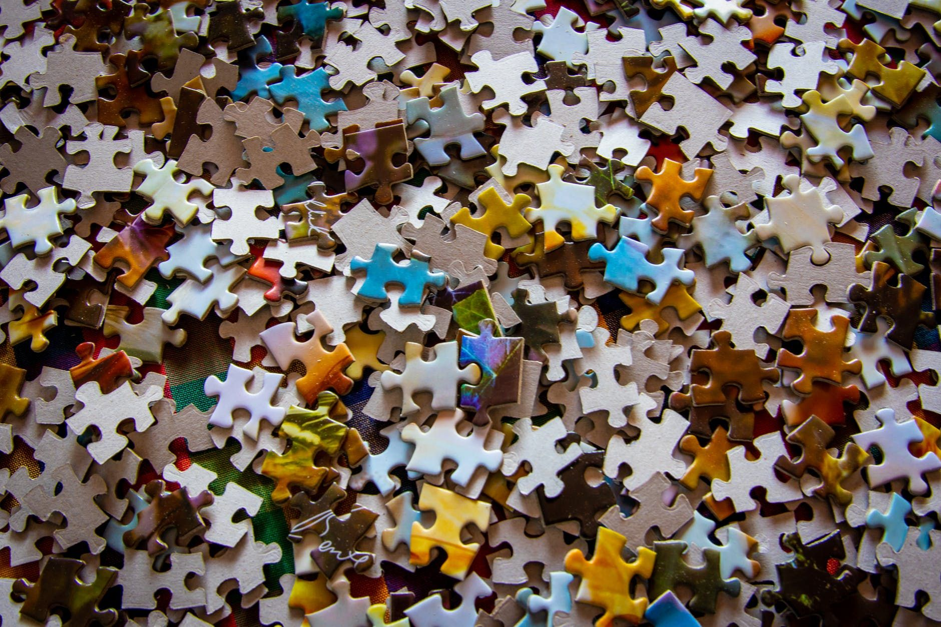 Kleinzoon Daniël en opa Daan hebben ideale Coronahobby: puzzelen!