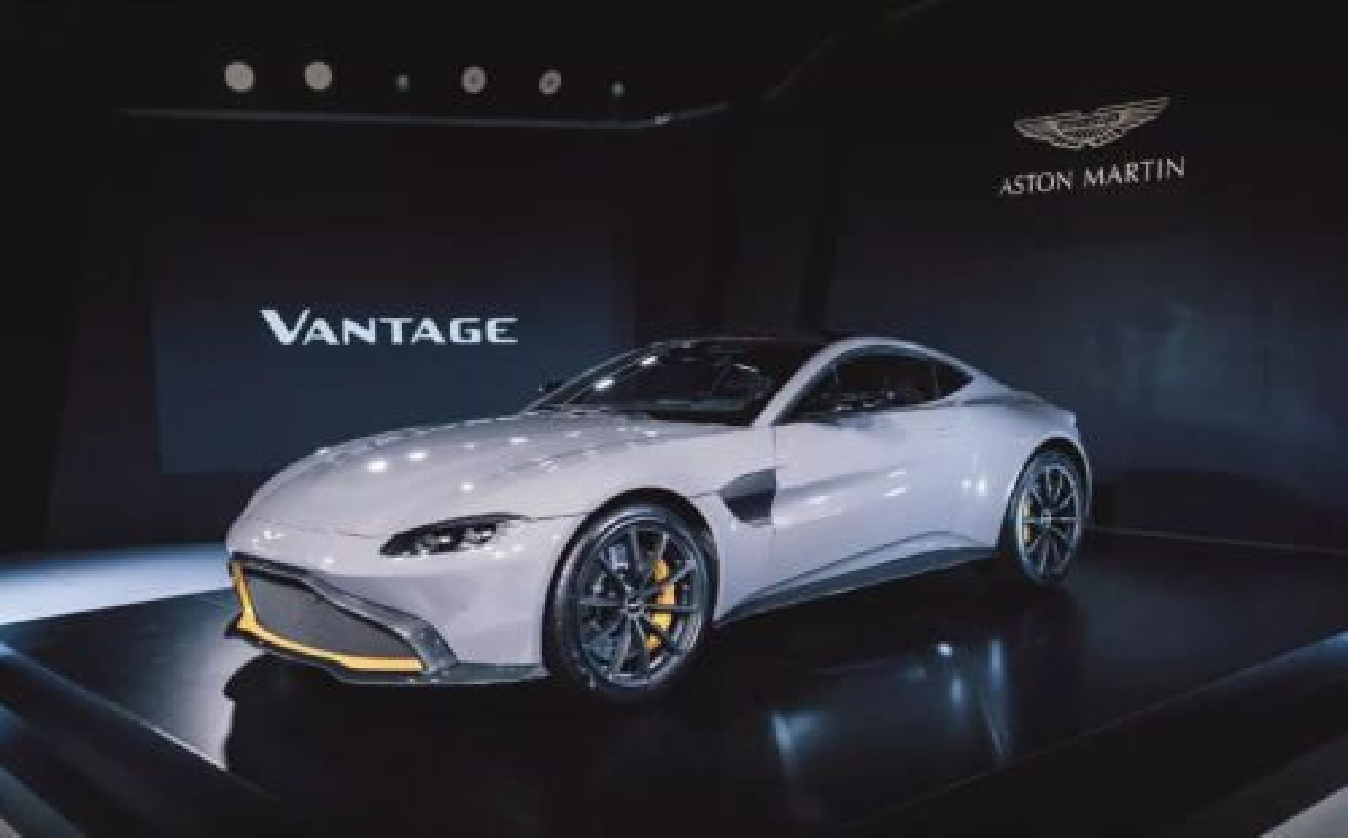 Knipperlichtliedje: China Grey Aston Martin Vantage