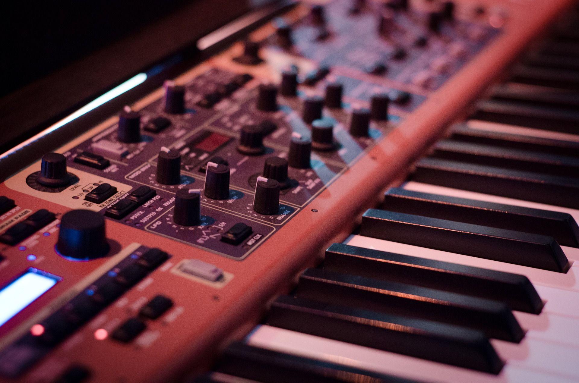 Collega Rámon weet alles over synthesizers en wij hangen aan z'n lippen
