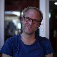 Zaterdag 8 augustus presenteert schrijver en journalist Pieter van Os Een goedemorgen met...