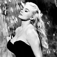 """<p><em>La Dolce Vita</em> (1960 is een film van Federico Fellini, met muziek van een van de beroemdste filmcomponisten uit de afgelopen eeuw, Nino Rota. Nino Rota werd geboren in 1911, hij overleed in 1979, en zijn eerste filmmuziek schreef hij al in de jaren '40 van de afgelopen eeuw. Nino Rota maakte de muziek van alle films die Fellini maakte tussen 1952 en 1978. Fellini heeft over Rota eens gezegd:<em> """"De meest waardevolle collega die ik ooit heb gehad was Nino Rota. Tussen ons was en onmiddellijk een complete en totale harmonie. Zo compleet en precies viel zijn muziek samen met de personages, de sfeer en de kleur van mijn film."""" <br></em>En verder in deze uitzending: Willem de Fesch (op de Doorgeef-CD-Van-De-Week), Ludwig van Beethoven, Léo Ferré en Brian Eno's <em>Music for airports</em> in de ensemblebewerking van Evan Ziporyn. <em><br></em></p><br>"""