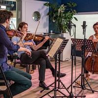 Elke werkdag van 09:00 - 12:00 uur de mooiste klassieke muziek uit de muziekgeschiedenis, gepresenteerd door Hans van den Boom. Met de Kettingreactie en WhatsAb.