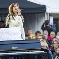 De Hart & Ziel Bus staat vandaag op het Wilhelminaplein in Leeuwarden. Burgemeester Ferd Crone is te gast. En zangeres Nynke Laverman komt ook langs.