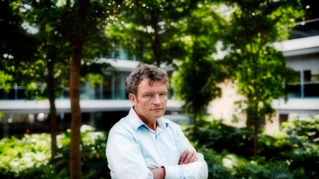 Rijksbouwmeester Floris Alkemade kijkt naar het nieuws