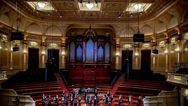 Jongeren studeren met klassieke muziek in Het Concertgebouw