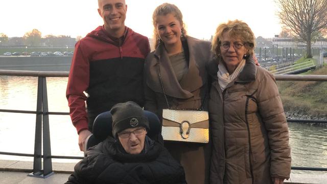 Held Mike wil kerstkaarten versturen naar eenzame ouderen in tehuis